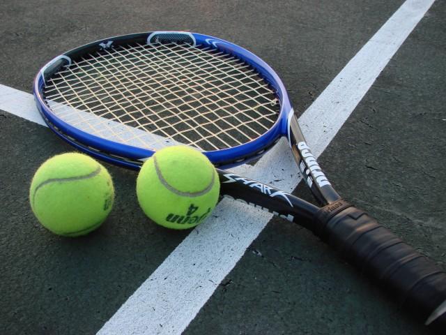 Tennis Racket And Balls (Photo Credit: Vladsinger  / CC BY-SA 3.0)
